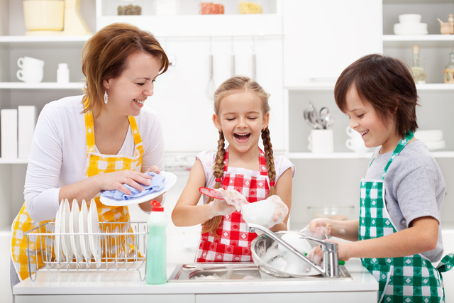 Почему мыть посуду в гостях настоятельно не рекомендуется