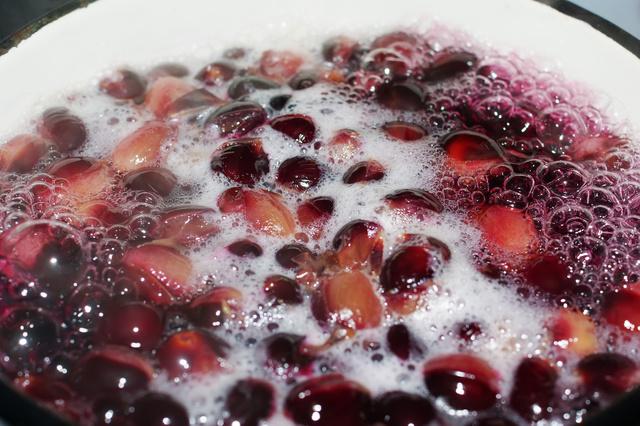 Перед тем, как сделать цукаты, фрукты необходимо бланшировать