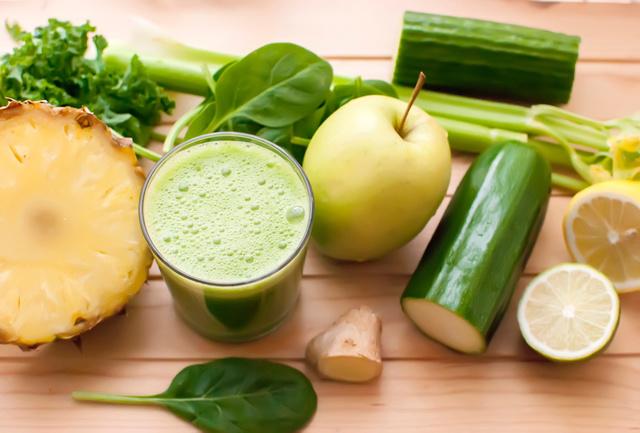 Диетологи напоминают, натуральные соки являются отдельным приемом пищи, поэтому лучше всего пить их в качестве перекуса или за полчаса до очередной трапезы.