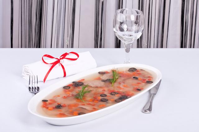 Рыбное заливное будет уместно на праздничном столе в год Козы