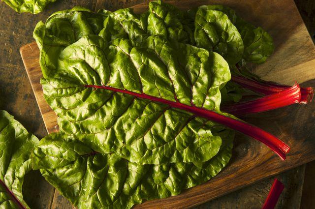 Зеленые  листья мангольда чрезвычайно насыщены витаминами (особенно каротином), сахарами, белками и минеральными солями