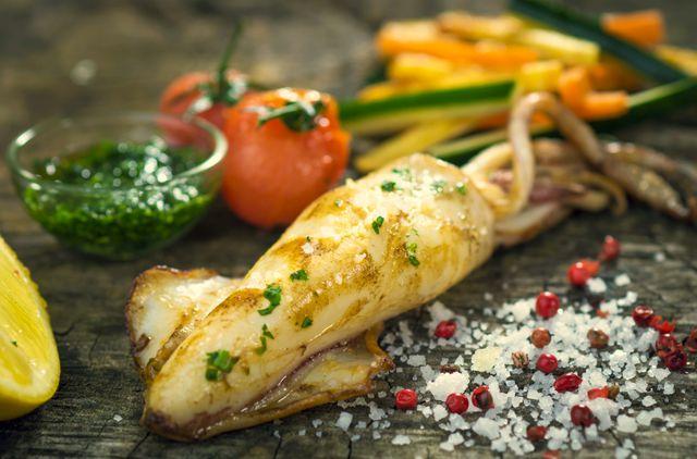 Очень вкусные кальмары получаются в духовке или на решетке, но их нужно предварительно замариновать на несколько часов
