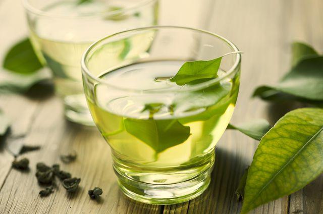 А вот зеленый чай для гипертоников показан в любых количествах: благодаря флавоноидам он хорошо разлагает вредный холестерин
