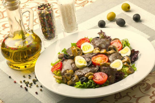 С печенью можно приготовить вкусный и полезный салат