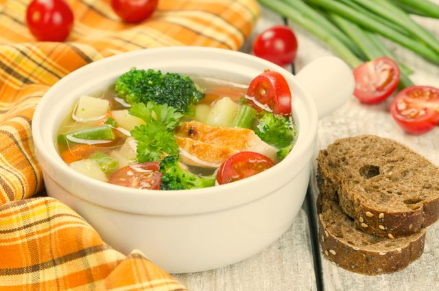Любителям первых блюд также необходимо пересмотреть меню: заменить наваристые супы легкими бульонами на основе диетического мяса или овощей
