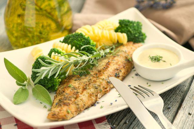 Продукты, выводящие холестерин из организма, включают рыбу