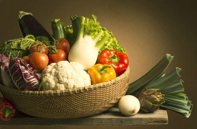 Итак, какие продукты выводят холестерин? Прежде всего, это любые овощи, богатые клетчаткой и растительными волокнами