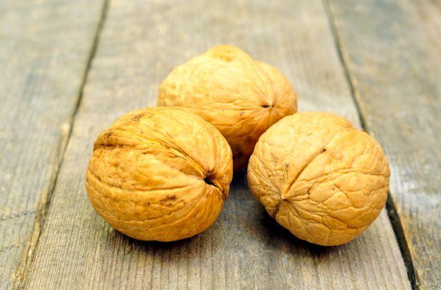 Грецкий орех содержит полноценный растительный белок, полиненасыщенные жирные кислоты, целый комплекс аминокислот и минералов