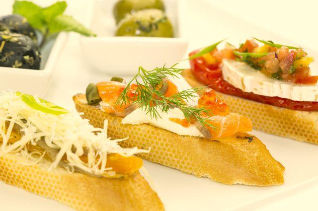 Отличной закуской к крепкому русскому напитку станут бутерброды с балыком, мясной вырезкой или икрой