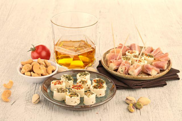 Удачной закуской к виски станет говяжий язык, копчёный лосось или морепродукты