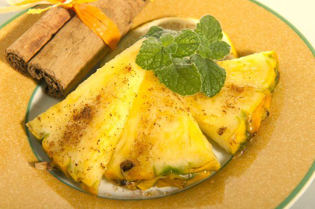 Сочетать ром можно с ломтиками ананаса, авокадо или папайи, посыпая их корицей