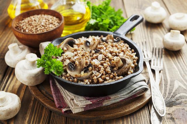 Грибы в отварном, сушеном, соленом и маринованном виде. Из них делают салаты, добавляют в супы или употребляют как обычную закуску