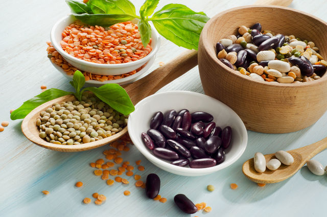 Блюда из бобовых нормализуют гормональный фон, укрепляют сердце, сосуды и показаны при диабете, поскольку всасывание углеводов происходит без участия инсулина