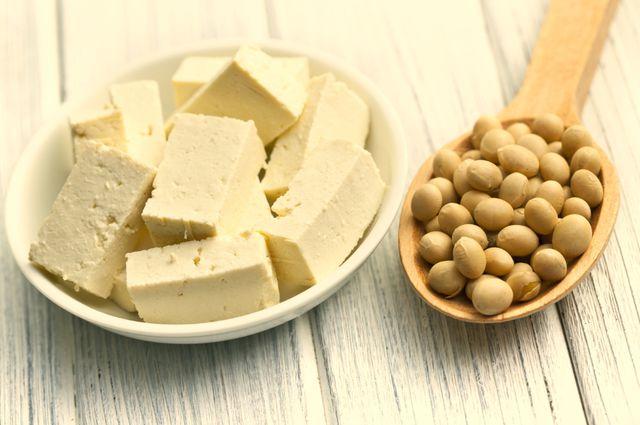 Из соево-молочных пенок (юбу) изготавливают корейскую спаржу, а на основе молока готовят соевый творог, сыр тофу и окару, из которой можно делать котлеты и фрикадельки