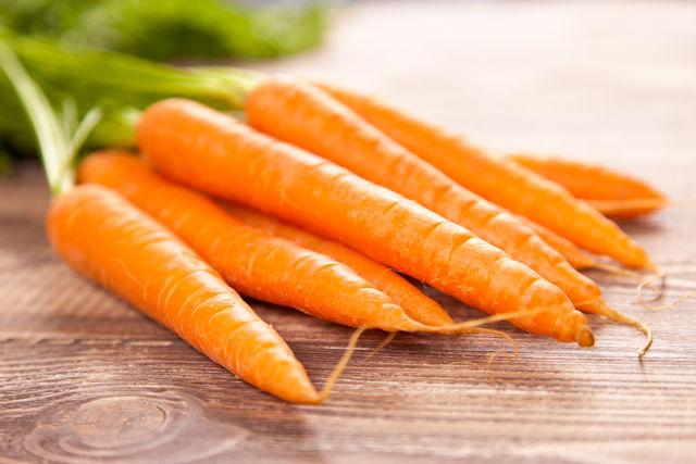 Сырая морковь, богатая бета–каротином, витаминами B, D, E, а также кальцием и фтором, укрепляющими зубную эмаль