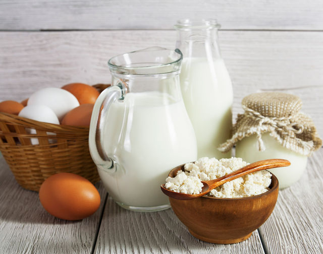 Молочные продукты богаты кальцием, фосфатом и казеином, которые насыщают минералами зубную ткань и десны