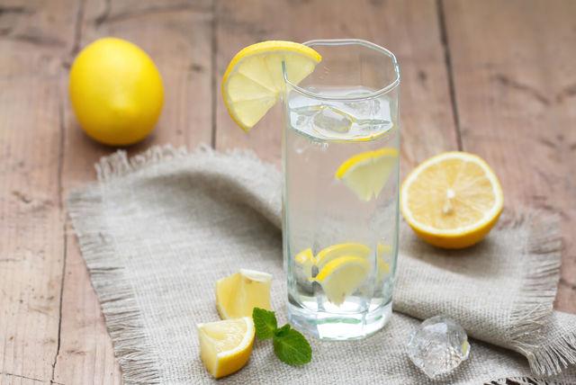 Обыкновенная или фторированная вода, а также вода с лимонов эффективно укрепляет зубную эмаль