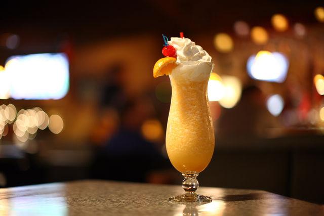 Нежный тропический коктейль легко приготовить в домашних условиях