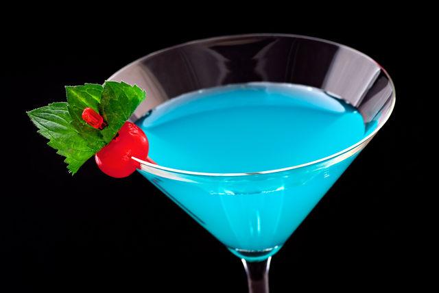 Перенестись в тропическую сказку поможет коктейль «Голубая лагуна»