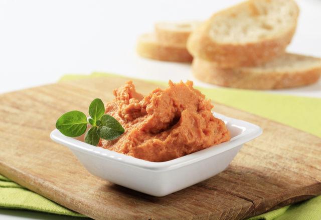 Для постных бутербродов колбасу и сыр легок заменит паста из бобовых и овощей