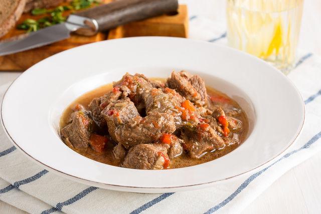 Среди заезжих гурманов особой популярностью пользуется мясное жаркое из нескольких видов мяса