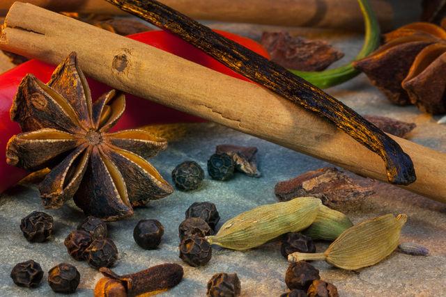 Кардамон продается в стручках бледно-зеленого цвета, в которых спрятаны семена, однако его можно купить в виде сыпучих семян или порошка