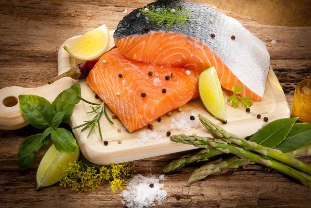 Жирная рыба усиливает выработку гормона эстрогена, что крайне важно для женщин после 30 лет