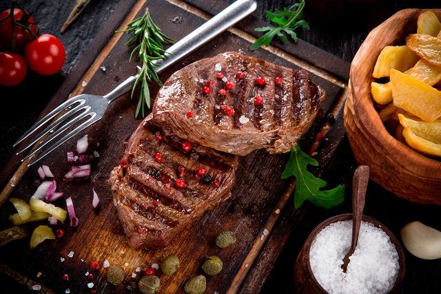 Мясо режут на небольшие плоские куски, чтобы оно хорошо прожарилось