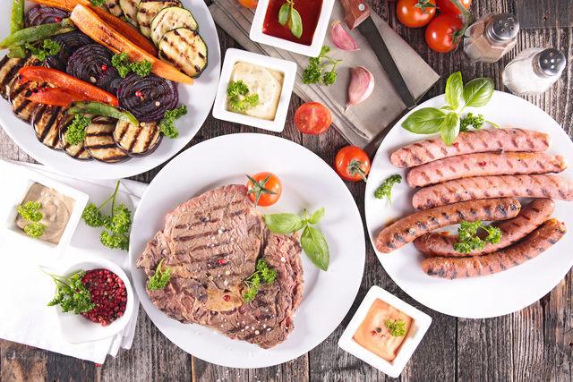 Мясо, украшенное рисунком решетки, выглядит очень эффектно — для этого прижмите его к решетке в самом начале приготовления