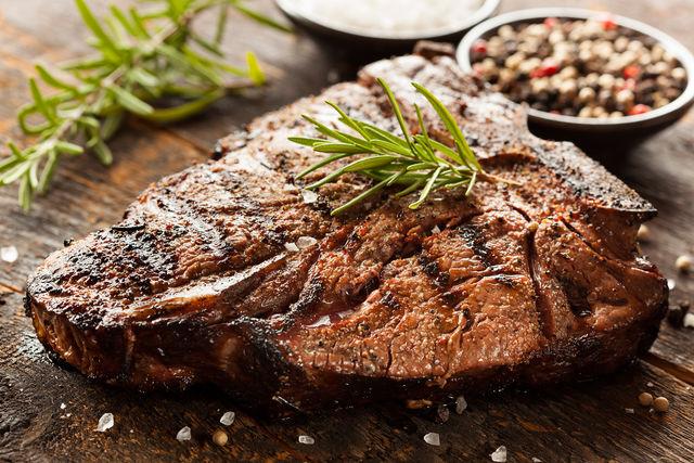 Вкусное мясо, приготовленное на гриле, подают с зеленью, свежими овощами, картофелем, сыром и грибами