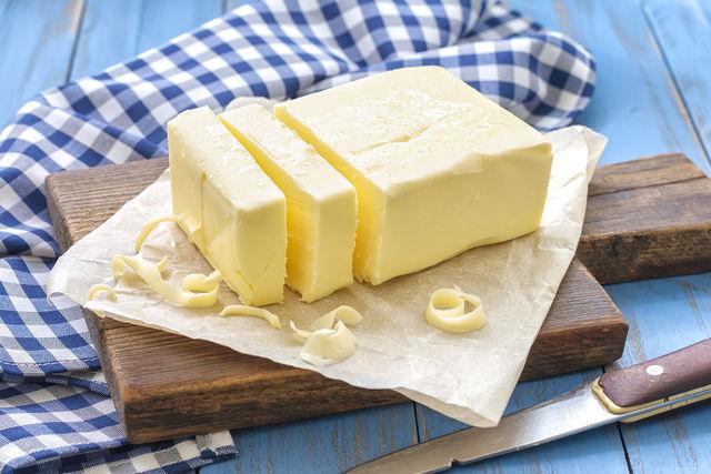 Натуральное масло бывает сладкосливочным (сделанным на основе пастеризованных сливок) и кислосливочным (изготовленным из сквашенных сливок)