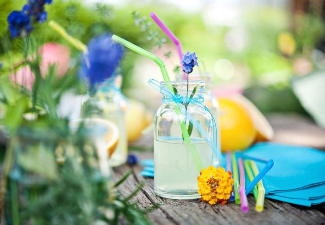 Вместо того чтобы закупать фруктовые соки или газировку в супермаркете, можно приготовить домашний лимонад