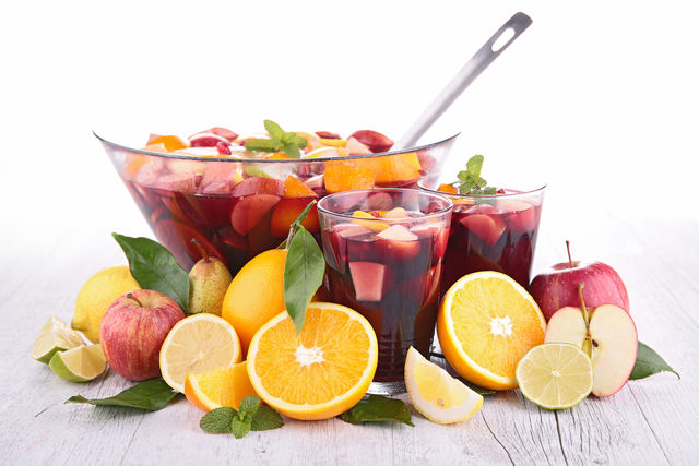 Испанский напиток на основе красного вина и фруктов прекрасно освежит жарким весенним днем