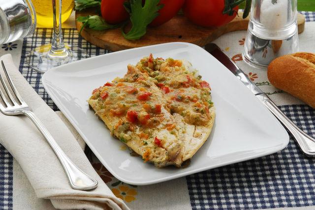 Для детского меню лучше выбирать нежирные сорта рыбы: минтай, хек или треску