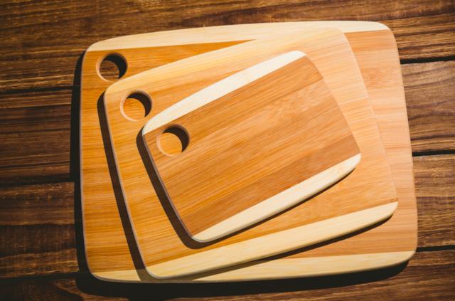 На кухнях общественного питания обычно используется не менее двенадцати досок, ну а минимальный набор для домашней кухни — три доски