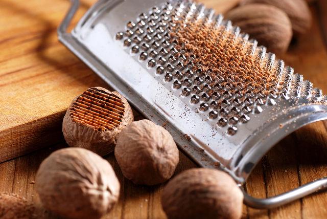 Если вы приобрели мускатный орех в цельном виде, то превратить его в порошок поможет терка