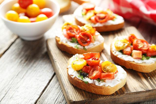 Домочадцам на диете можно предложить облегченную версию закуски: замените багет ржаным или отрубным хлебом