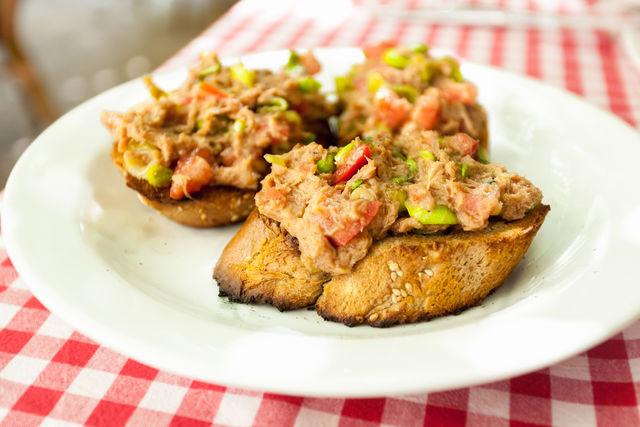 Если заменить тунца семгой, получится отличная закуска даже для праздничного стола