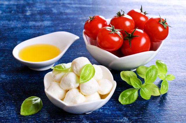 Базилик изумительно сочетается с томатами; если заправить томатный сок сухими листьями растения, он приобретет приятный аромат