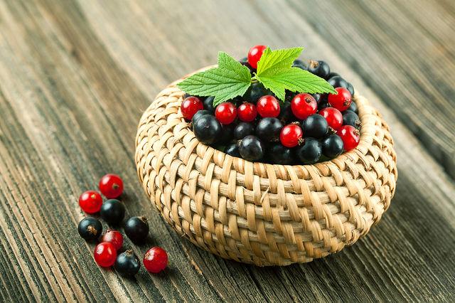 В соответствии с разными рецептами, в квас можно добавить лимон, яблоки, горсть свежих или сушеных ягод