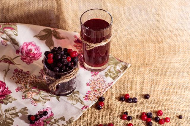 После легкого брожения напитки приобретают приятный кисловатый вкус с оттенками фруктов и ягод, из которых они приготовлены