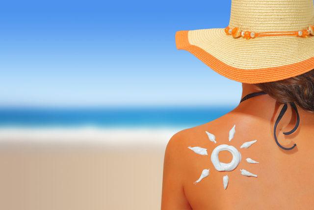 Перед тем как использовать солнцезащитные кремы для лица, приготовленные своими руками, опробуйте их на отдельном участке кожи и убедитесь, что они не вызывают аллергии