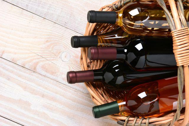 Бутылки с вином лучше хранить в горизонтальном положении, чтобы пробка все время смачивалась жидкостью и не рассыхалась