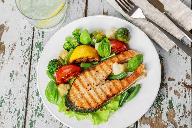 В меню палеодиеты — исключительно натуральные мясо, рыба, овощи, фрукты, ягоды и орехи