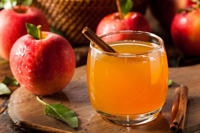 Можно ароматизировать напиток специями — корицей и гвоздикой, не использовать дрожжи, а варить яблочный сок с медом
