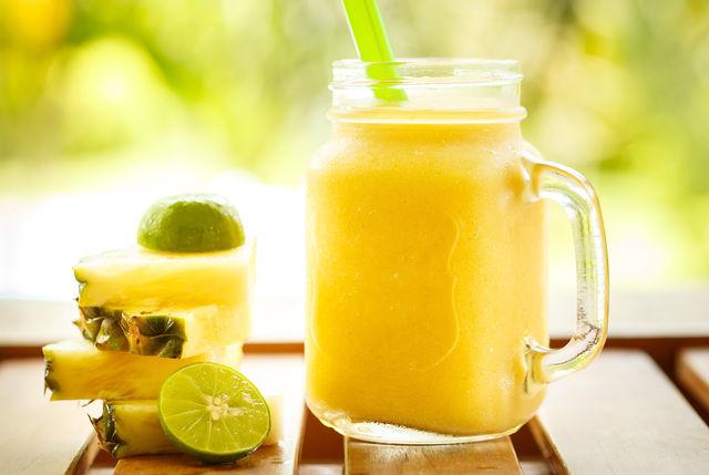 Летом придумывать новые фруктовые коктейли для детей можно хоть каждый день, ведь такое лакомство никогда не надоест