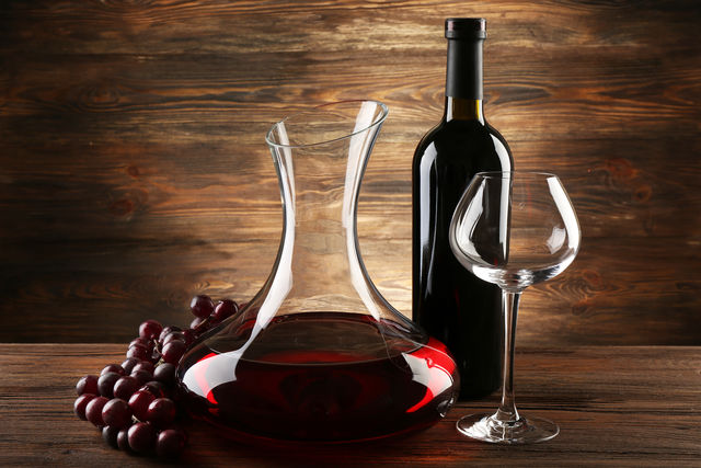 Декантер избавляет зрелые вина от осадка, остающегося в бутылке при переливании