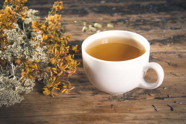 Школьникам такой чай будет особенно полезен, поскольку зверобой помогает лучше справляться с умственными нагрузками