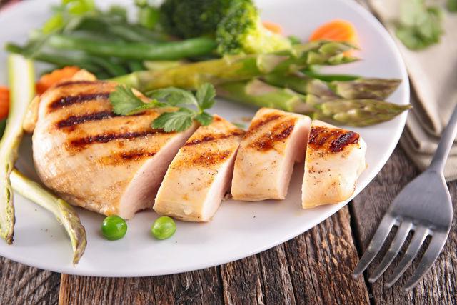 Куриная грудка с тушеными овощами — отличный вариант для ужина