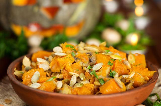 Перед подачей украсьте блюдо свежей зеленью и тыквенными семечками
